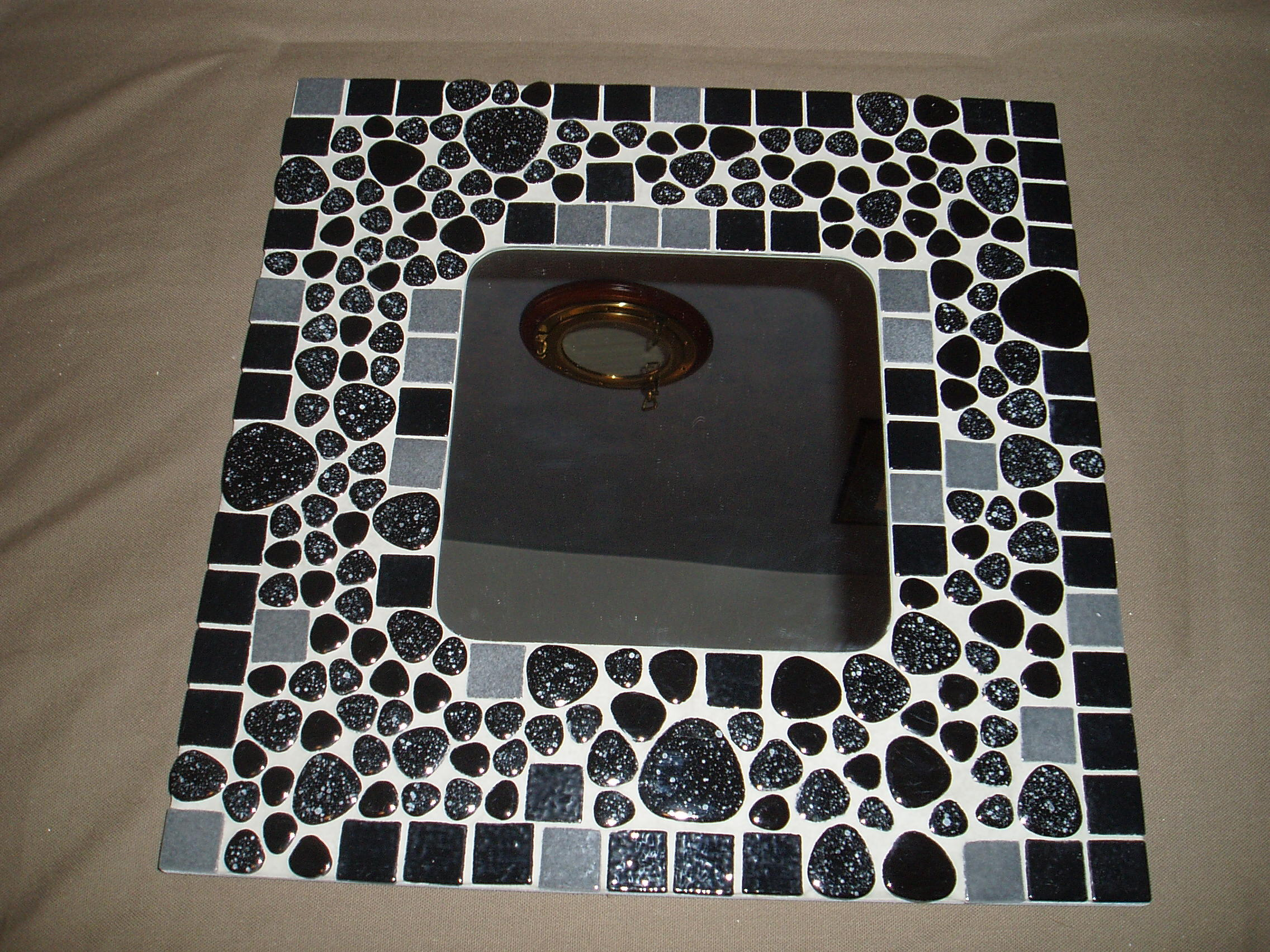 Mosa que grand miroir avec maux et galets de briare for Mosaique miroir